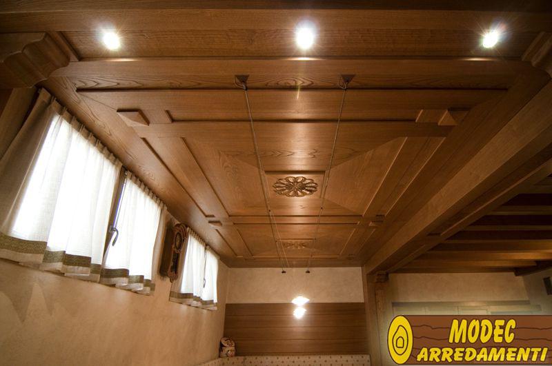 Arredamento in legno: controsoffitto in castagno
